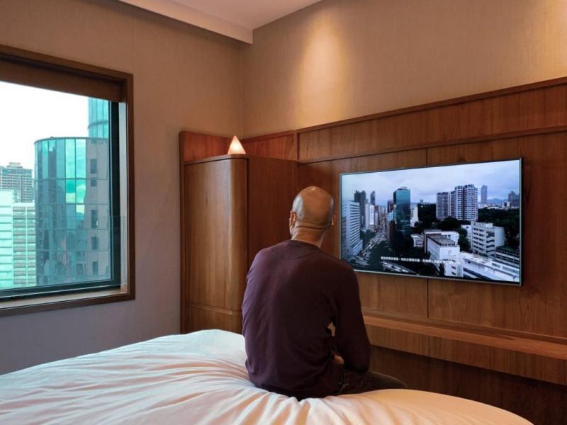 抑鬱都市中細聽港人獨白 躺在酒店回看我們的「家」