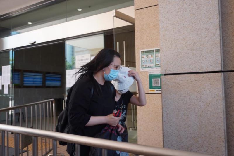 接近梓樂墮樓位置的抹車姐姐證有兩青年望着傷者「呆咗」